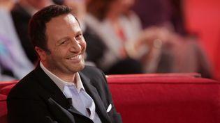 """L'animateur Arthur est l'invité de l'émission """"Vivement dimanche"""" sur France 2, le 26 novembre 2014. (MAXPPP)"""