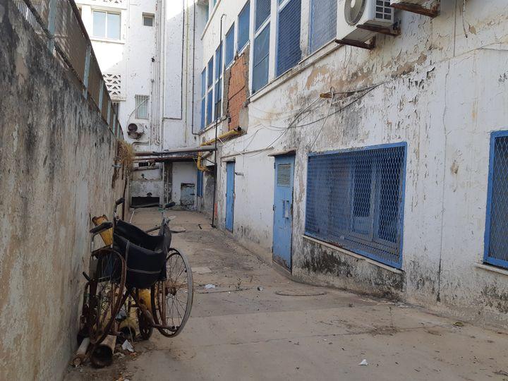 Les hôpitaux tunisiens manquent de moyens alors qu'une vague épidémique de Covid-19 frappe le pays. Ici, à l'hôpitalAbderrahmen Mami à Tunis, le 29 juillet 2021. (BENJAMIN THUAU / RADIO FRANCE)