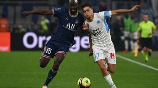 Danilo Pereira et Cengiz Ünder au duel lors de Marseille-Paris le 24 octobre 2021 en Ligue 1. (CHRISTOPHE SIMON / AFP)