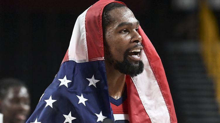Kevin Durant savoure son troisième sacre olympique après la victoire des Etats-Unis contre la France, en finale des Jeux olympiques de Tokyo, samedi 7 août. (ARIS MESSINIS / AFP)