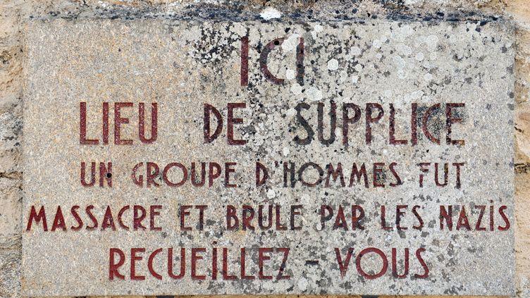 Une plaque commémorative à Oradour-sur-Glane (Haute-Vienne), le 30 août 2013. (THIERRY ZOCCOLAN / AFP)
