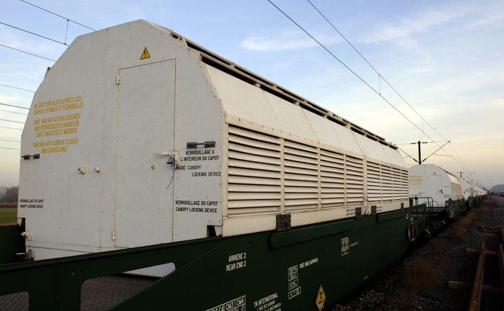 Un convoi nucléaire, le 24 novembre 2011, à Remilly, dans l'est de la France. (JEAN-CHRISTOPHE VERHAEGEN / AFP)