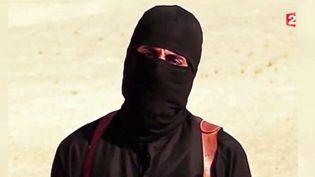 """Capture d'écran d'un reportage montrant """"John le jihadiste"""", bourreau présumé du groupe Etat islamique. ( FRANCE 2 / FRANCETV INFO)"""