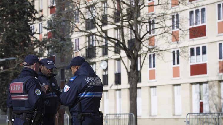 Des policiers à Sarcelles (Val-d'Oise), en février 2016. (JOEL SAGET / AFP)
