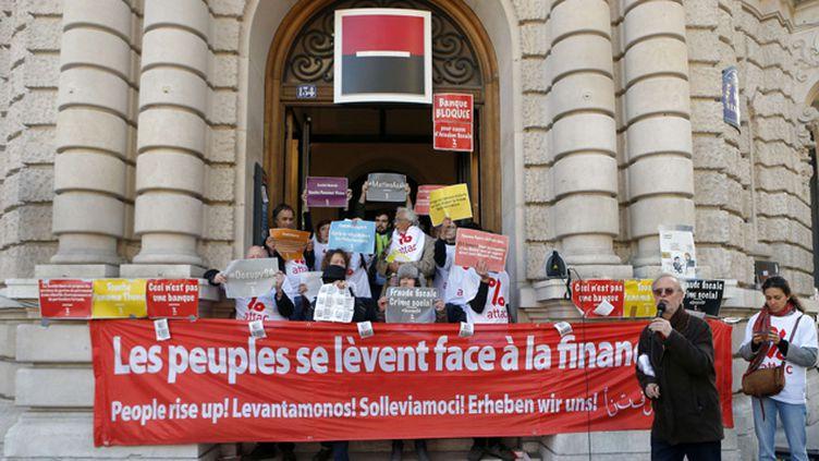 (Des militants de l'organisation altermondialiste Attac bloquent les entrées de la banque près du métro Bourse à Paris © SIPA / AP/Francois Mori)