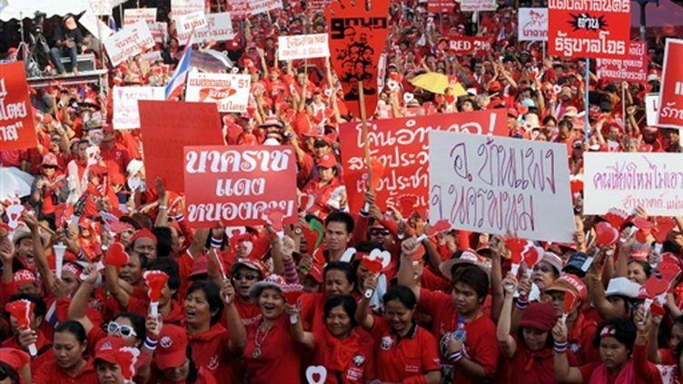 Des Chemises rouges, manifestants pro-Thaksin, à Bangkok, en Thaïlande, le 8 avril de 2009. (© AFP/CHRISTOPHE ARCHAMBAULT)