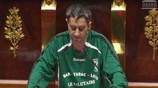 Le député LFI François Ruffin, à l'Assemblée nationale, le 7 décembre 2017, vêtu du maillotde l'Olympique Eaucourt, club d'Eaucourt-sur-Somme. (FRANCOIS RUFFIN)