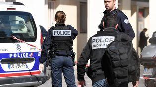 La police judiciaire à Levallois-Perret, le 9 août 2017. (STEPHANE DE SAKUTIN / AFP)