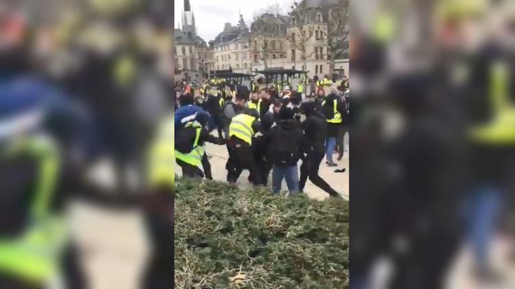 """Uneéquipe de LCI aété rouée de coups lors de la manifestation des """"gilets jaunes"""" à Rouen (Seine-Maritime), le 12janvier2019. (PARIS NORMANDIE / TWITTER)"""