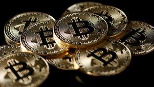 Des jetons symbolisant des bitcoins, le 8 décebre 2017. (BENOIT TESSIER / REUTERS)