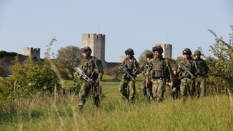 Des militaires suédois patrouillent à Visby, sur l'île de Gotland, le 2 mars 2017. (SOREN ANDERSSON / TT NEWS AGENCY)