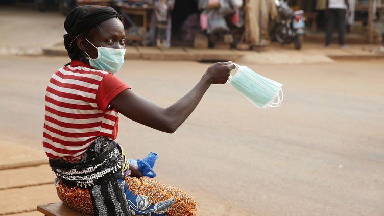 Une vendeuse ambulante dans une rue de Cotonou au Bénin. L'économie informelle représente 70% des emplois en Afrique subsaharienne. (GODONG / BSIP)