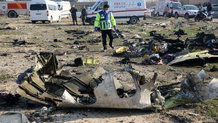 Unsecouriste inspecte le site du crash d'un Boeing 737 ukrainien près de l'aéroport Khomeini de Téhéran, en Iran, le 8 janvier 2020. (FATEMEH BAHRAMI / ANADOLU AGENCY / AFP)