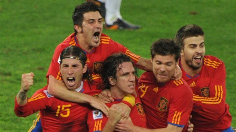 Les Espagnols heureux après le but de Puyol (ROBERTO SCHMIDT / AFP)
