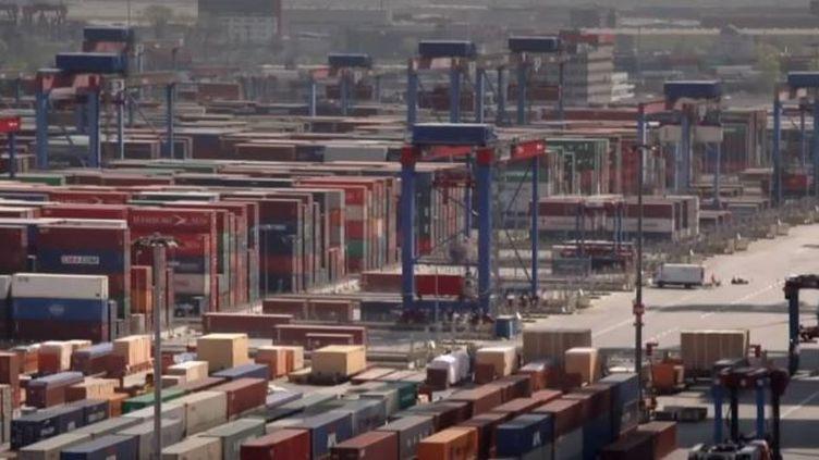 Moteur de la zone euro, l'économie allemande accuse des signes de faiblesse avec un PIB en léger recul pour le deuxième trimestre. La baisse des exportations pèse sur l'économie du pays. (france 3)