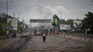 Des manifestants à Bamako (Mali) contre le pouvoir en place, le 11 juillet 2020. (MICHELE CATTANI / AFP)