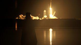 Une fusée SpaceX décolle du Centre spatial Kennedy, en Floride (Etats-Unis), avec quatre astronautes à bord, le 15 novembre 2020. (STEVE NESIUS / REUTERS)