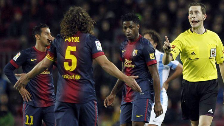 Le capitaine barcelonais, Puyol, en discussion avec l'arbitre