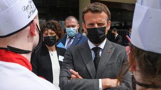 Le chef de l'Etat, Emmanuel Macron, le 8 juin 2021 lors d'une visite à Tain-L'Hermitage, dans la Drôme. (PHILIPPE DESMAZES / AFP)