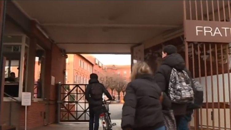 Si votre enfant est malade à l'idée d'aller à l'école, il est peut-être atteint de phobie scolaire. Le lycée Ozenne de Toulouse (Haute-Garonne) est l'un des deux établissements en France à ouvrir une classe adaptée à ces élèves. (CAPTURE D'ÉCRAN FRANCE 3)