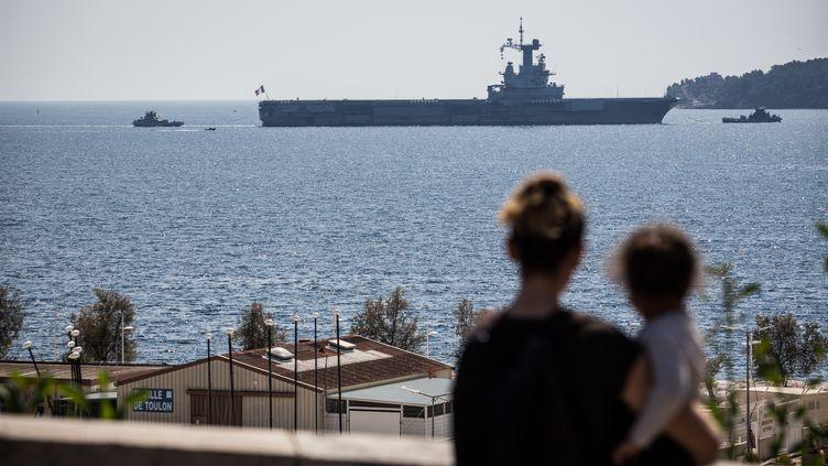 """Le porte-avions """"Charles de Gaulle"""", le 12 avril 2020 dans la rade de Toulon. (FRANCK BESSIERE / HANS LUCAS / AFP)"""
