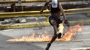 Un manifestant au cours d'une manifestation contre le gouvernement, le 20 juillet 2017. (CARLOS BECERRA / AFP)
