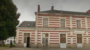 France 2 est allée à la rencontre de propriétaires qui ont transformé des lieux d'exception. Ils réussissent à offrir une seconde vie à une gare, un phare ou en encore un château, comme celui de Lez-Eaux, dans la Manche. (CAPTURE ECRAN FRANCE 2)