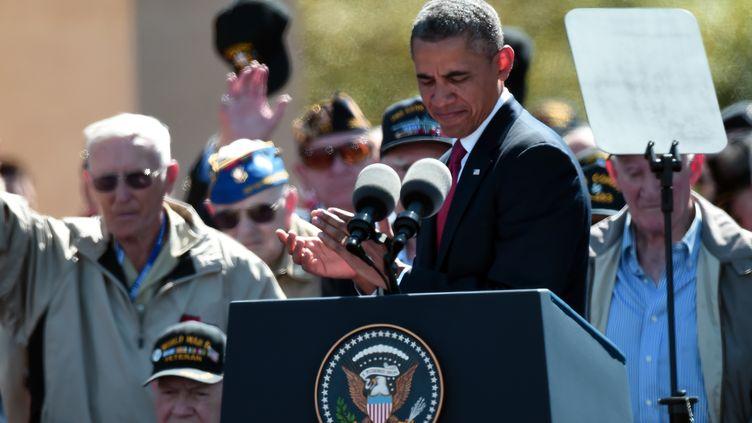 Le président américain Barack Obama applaudit les vétérans, le 6 juin 2014,à Colleville-sur-Mer (Calvados). (DAMIEN MEYER / AFP)