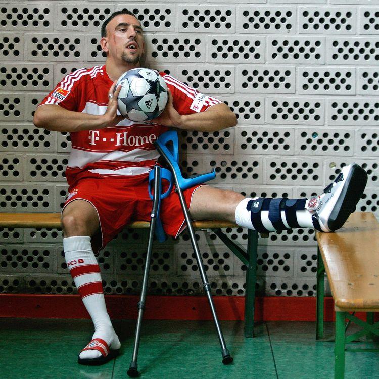 Franck Ribéry, la jambe dans le plâtre, avec le maillot du Bayern, le 25 juillet 2008 à Munich (Allemagne). (LENNART PREISS / DDP / AFP)