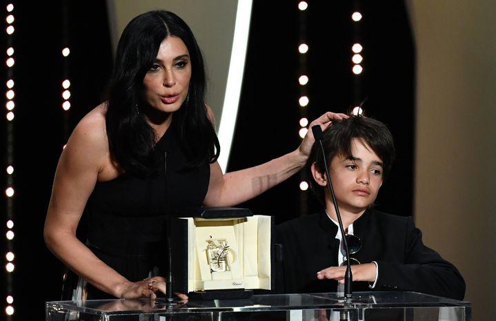"""La lauréate du Prix du jury Nadine Labaki pour le film """"Capharnaüm"""" a délivré un discours très politique sur les conditions d'accueil des migrants au Liban, aux côtés du jeune acteur Zain Alrafeea  (ALBERTO PIZZOLI / AFP)"""