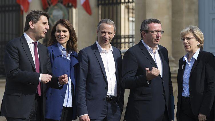 Des députés frondeurs devant l'Assemblée nationale, à Paris, le 11 mai 2015. De gauche à droite, il y aDaniel Goldberg, Aurelie Filippetti, Laurent Baumel, Christian Paul etMarie-Noëlle Lienemann. (JOEL SAGET / AFP)