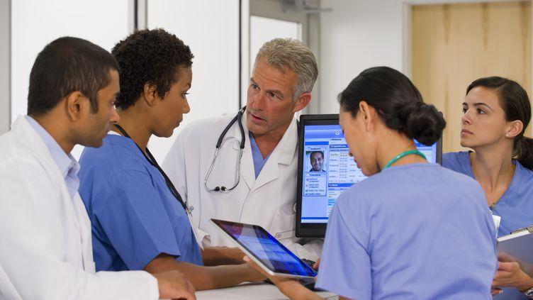 L'intelligence artificielle arrive dans les hôpitaux pour aider les médecins à établir un diagnostic (illustration). (ARIEL SKELLEY / GETTY)