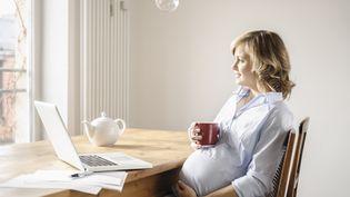 Consommer du café pendant la grossesse pourrait avoir des conséquences néfastes sur le futur bébé, selon un étude de l'Inserm, publiée mercredi 7 août 2013. (CULTURA CREATIVE / AFP)
