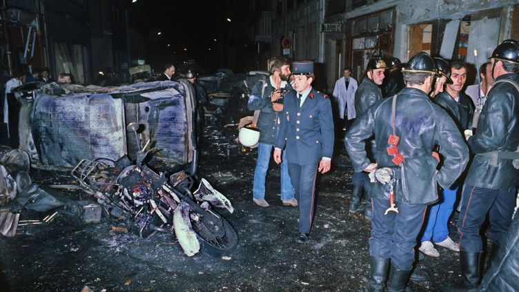 Des policiers après l'attentat de la rue Copernic à Paris, le 3 octobre 1980. (STF / AFP)