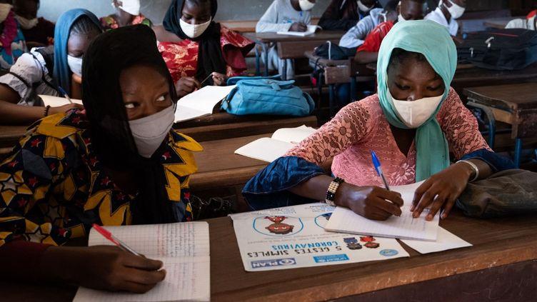Des enfants étudient à laMadamou Goundo Simaga School, à Bamako, le 25 janvier 2021. (NICOLAS REMENE / AFP)