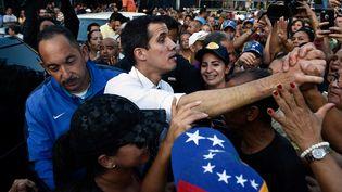 Au centre, Juan Guaido,à la têtede l'Assemblée nationale du Venezuela et opposant au président Maduro, lors d'une réunion publique au sud-ouest de Caracas le 19 janvier 2019. (FEDERICO PARRA / AFP)