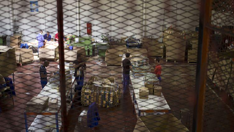 Des détenus travaillent dans la prison de Bois-d'Arcy (Yvelines), le 8 juillet 2014. (KENZO TRIBOUILLARD / AFP)