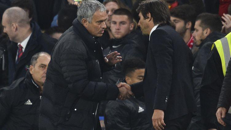 José Mourinho, le manageur de Manchester United, et Antonion Conte, celui de Chelsea (GLYN KIRK / AFP)