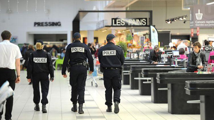 (L'état d'urgence est prolongé jusqu'à fin février en France métropolitaine et dans l'outre-mer © MaxPPP)