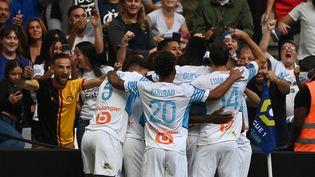 Les Marseillais célèbrent le but de Bamba Dieng contre Rennes, lors de la 6e journée de Ligue 1. (CHRISTOPHE SIMON / AFP)