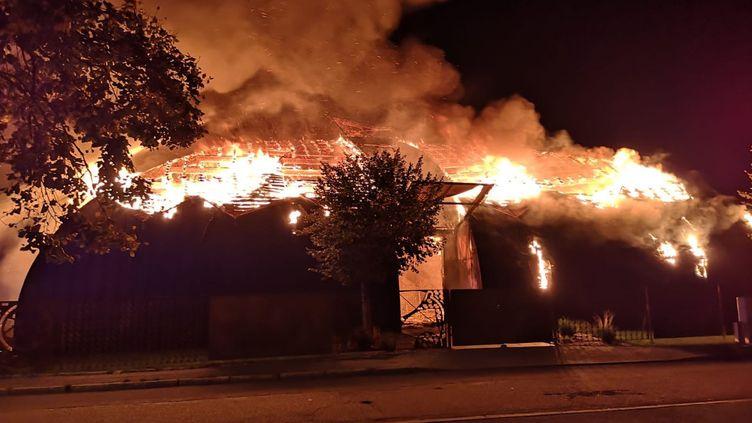 La maire de Chanteloup-Les-Vignes a partagé sur Twitter la photo du chapiteau incendié, samedi 2 novembre 2019, dans le quartier de la Noé. (COMPTE TWITTER DE CATHERINE ARENOU)