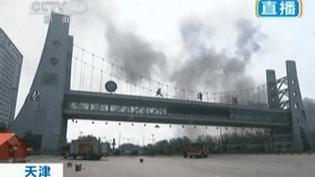 Au lendemain de la double explosion de Tianjin (Chine), un incendie n'a toujours pas été maîtrisé sur le site industriel, jeudi 13 août 2015. (REUTERS)