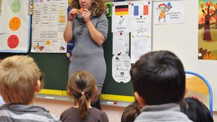 Un professeur des écoles donne un cours à des enfants le 5 octobre 2015 à Metz (Moselle). (JEAN-CHRISTOPHE VERHAEGEN / AFP)