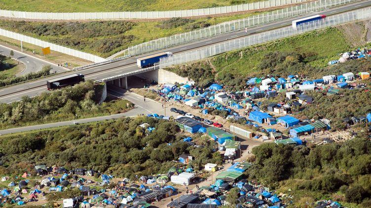 Le camion se dirigeait vers Calais (Pas-de-Calais), où des milliers de migrants vivent dans le camp de la jungle. (DENIS CHARLET / AFP)