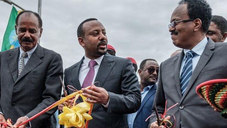 Le président érythréen Isaias Afwerki (G), le Premier ministre éthiopien Abiy Ahmed (C)et le président somalien Mohamed Abdullahi Mohamed (D) coupent ensemble le ruban lors de l'inauguration de l'hôpital Tibebe Ghion à Bahir Dar, dans le nord de l'Ethiopie, le 10 novembre 2018. (EDUARDO SOTERAS/AFP)