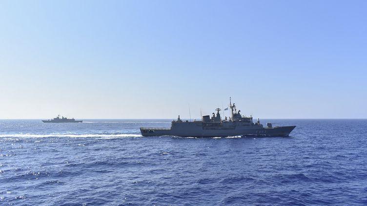 Des bâtiments de guerre grecs lors d'un exercice militaire en Méditerranée, le 25 août 2020. (HANDOUT / GREEK DEFENCE MINISTRY / AFP)