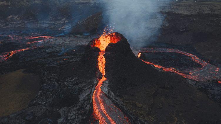 L'éruption du volcanFagradalsfjall,dans la péninsule de Reykjanes au sud-ouest de l'Islande, photographiée le 21 mars 2021. (AMAZING AERIAL / MAXPPP)