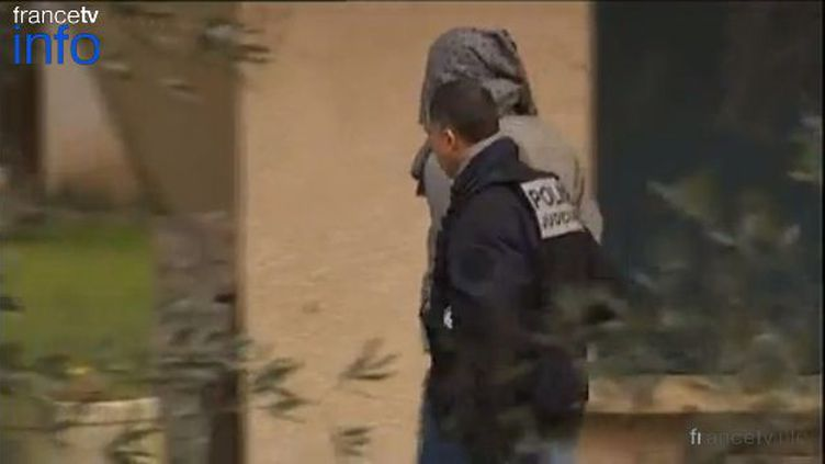 L'homme de 32 ans suspecté d'avoir tué une joggeuse à Nîmes (Gard), lors de son interpellation à son domicile le 29 janvier 2013. (FRANCE 3 LANGUEDOC-ROUSSILLON / FRANCETV INFO)