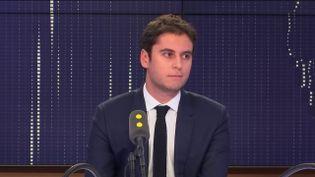 Gabriel Attal, lesecrétaire d'État auprès du ministre de l'Éducation nationale et de la Jeunesse, invité du 19h30 politique sur franceinfo le 13 décembre 2018. (FRANCEINFO / RADIOFRANCE)