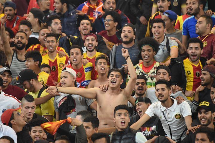 Les supporters de l'Espérance de Tunis exultent dans les tribunes. Leur club est déclaré vainqueur. Leur joie ne durera que cinq jours.  (FETHI BELAID / AFP)